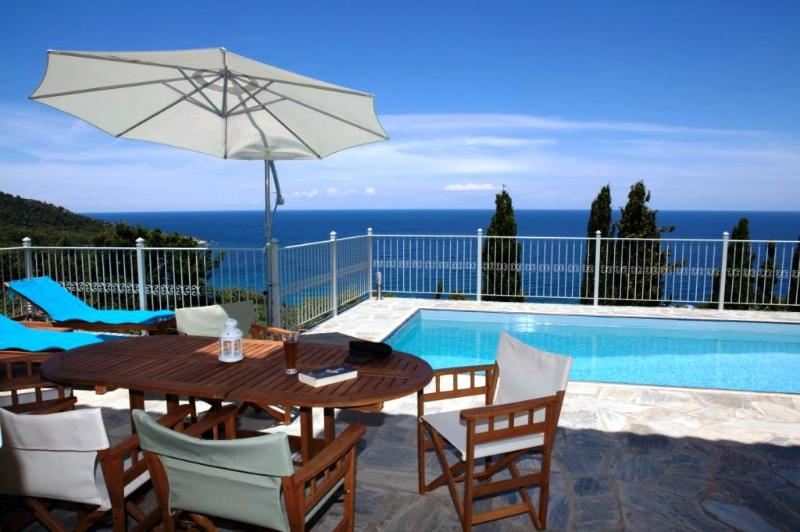 Villa Perivoliou,walk distance to the beaches, casa vacanza a Loutraki