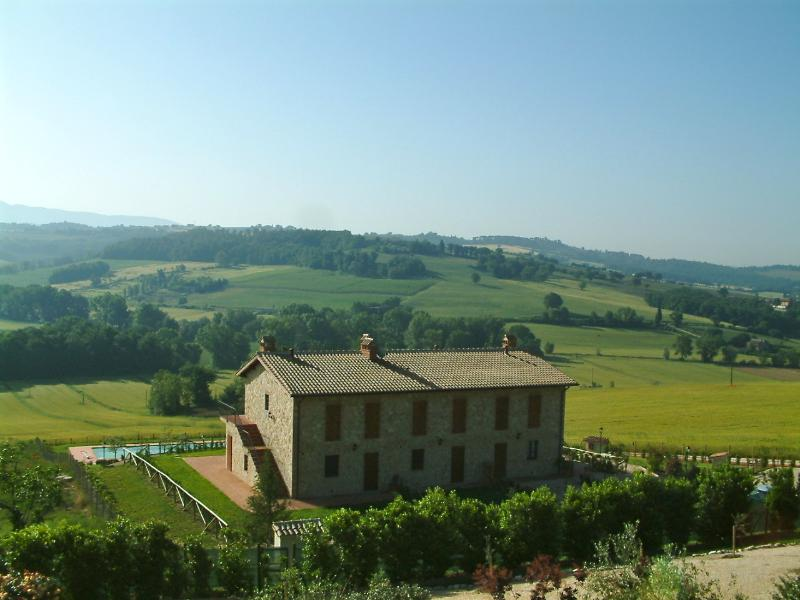 Near Todi apartment with pool, holiday rental in Fratta Todina