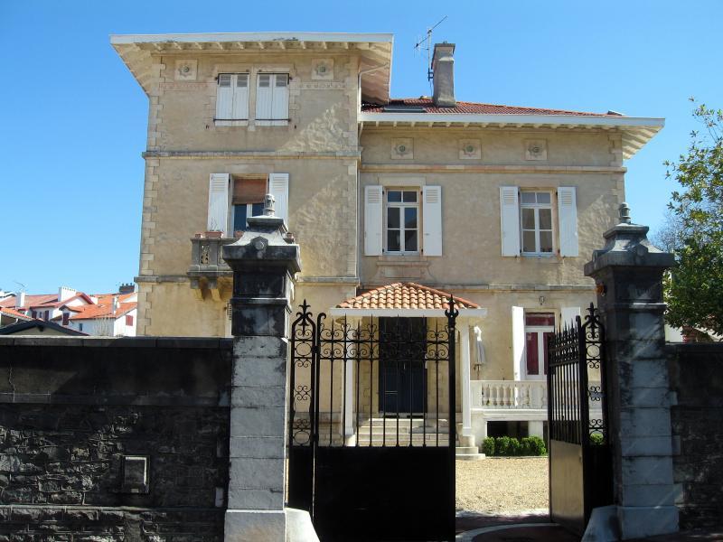 La villa, l'appartement se situe au 1° étage