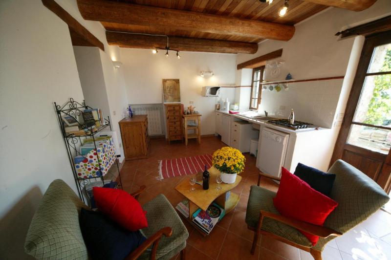 Tamariz - cocina/comedor con larga vista al sur a las colinas de frontera Umbría-Toscana