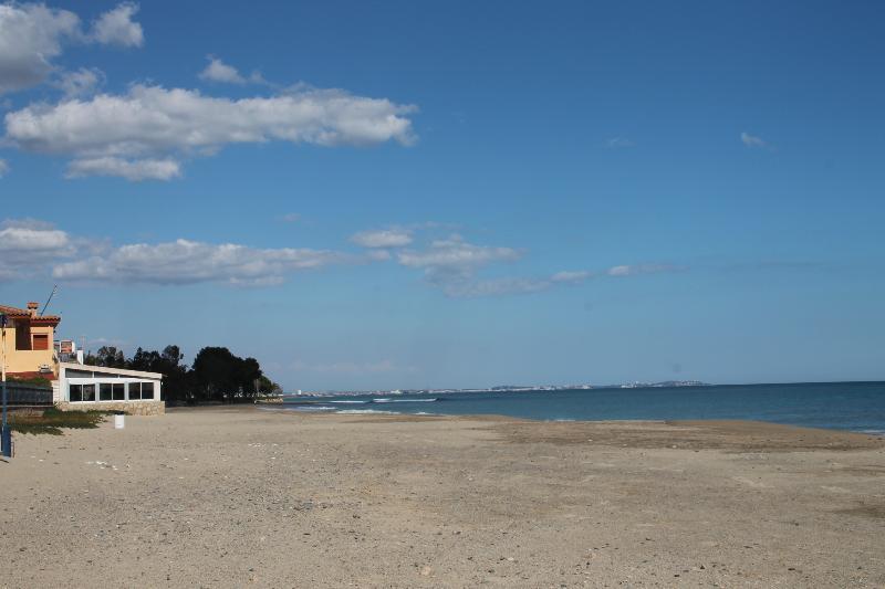 Playa muy amplia y limpia a 30 m de la casa. Hay servicios públicos, duchas y caseta S.O.S
