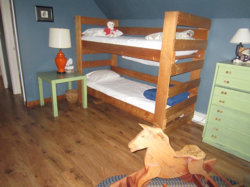 habitación con cama cucheta arriba
