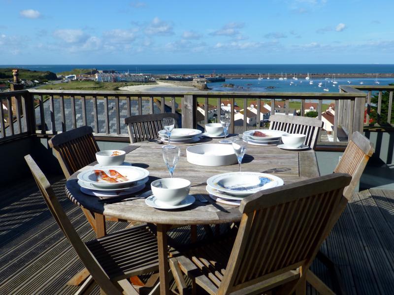 Plein air-salle à manger avec une vue imprenable sur la baie de la Braye