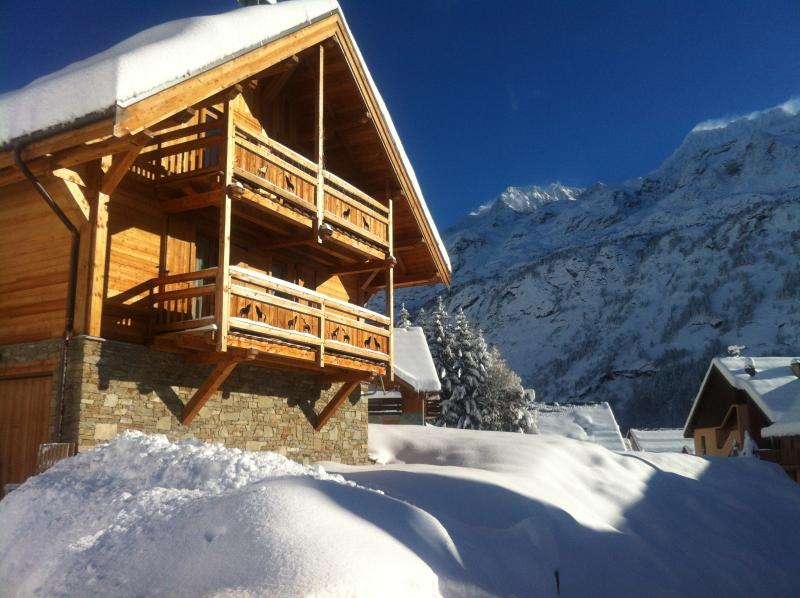 Vaujany - Alpe D'Huez Ski Chalet sleeps 8-10 with Sauna and En-suite Bedrooms, vacation rental in Vaujany