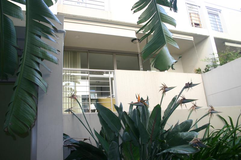 Manly Beach Holiday Apartment with full kitchen, laundry, balcony and parking, vacation rental in Manly