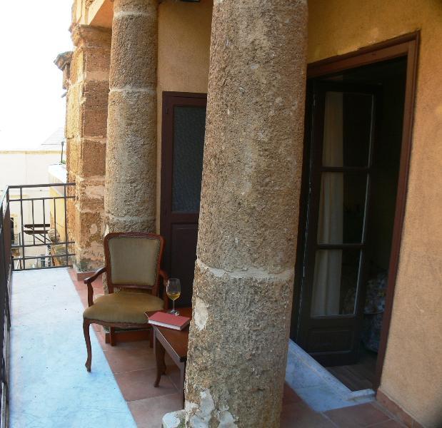 Splendido colonnato in uno dei tre balconi, per veri amatori