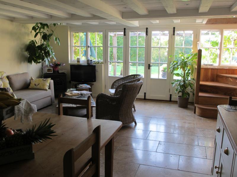 salón orientado al sur con las ventanas francesas y terraza con vistas hacia los lagos