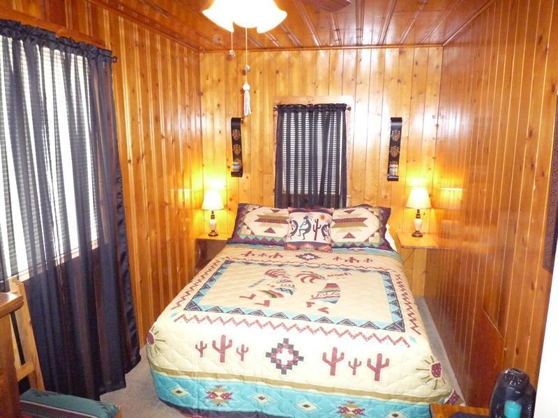 camera da letto matrimoniale con 29 pollici a schermo piatto e dvd