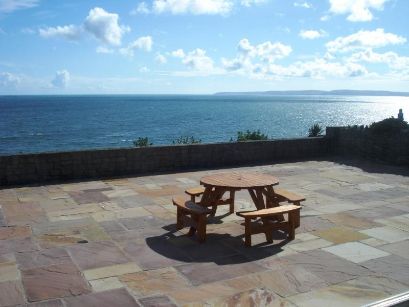 BOURNECOAST: CHALET BUNGALOW WITH LARGE PATIO OVERLOOKING THE SANDY BEACH-HB2656, vacation rental in Bournemouth
