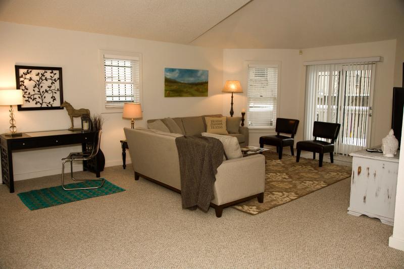 Sala de estar se abre hacia la terraza privada.