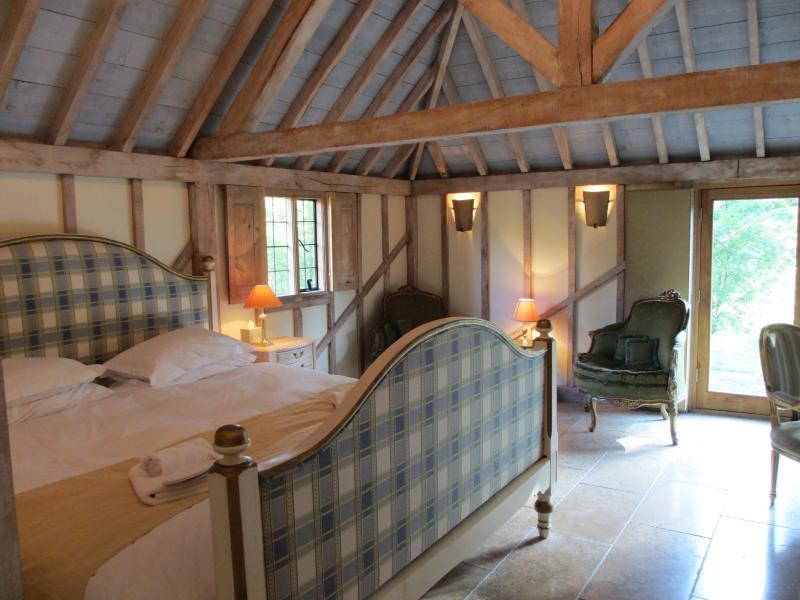 dormitorio antiguo emperador, como dormir en una nube, cuarto de baño con bañera con patas y ducha