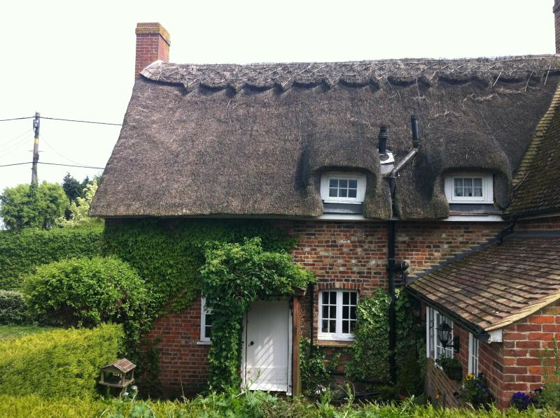 Little Impetts Pretty Rural East Kent Thatched Cottage Canterbury Kent, vacation rental in Canterbury