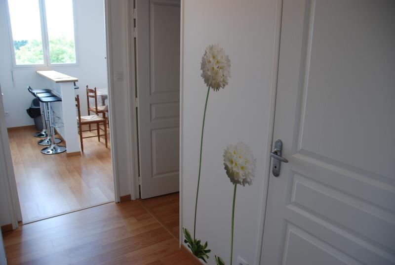 Le couloir vers la cuisine/salon.