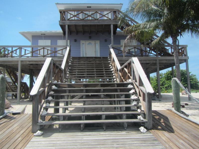 Close-up van het huis tonen dekken rond het huis en de veranda met uitzicht op de Oceaan.