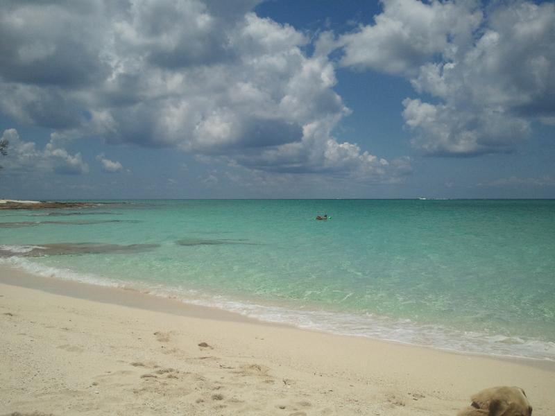 Mooi wit zand strand Gin helder water 2 blokken van het huis.