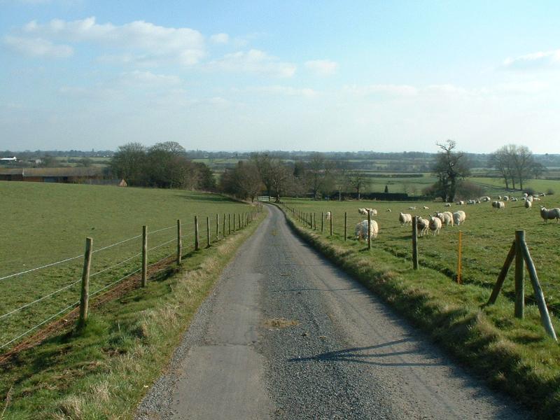 Vista desde la colina acercarse a las casas de campo