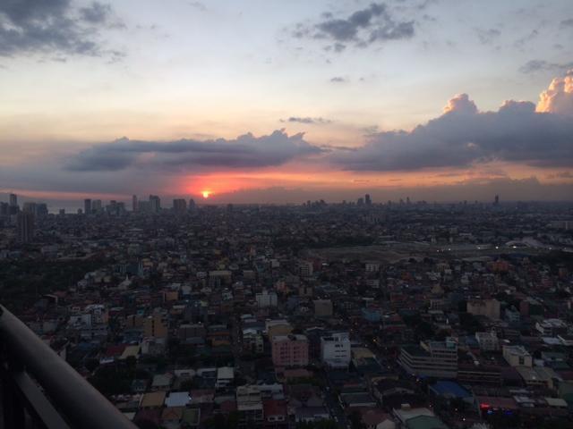 Zonsondergang buiten het balkon