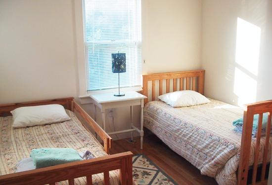 Piccola camera da letto: letti a castello o side-by-side gemelli
