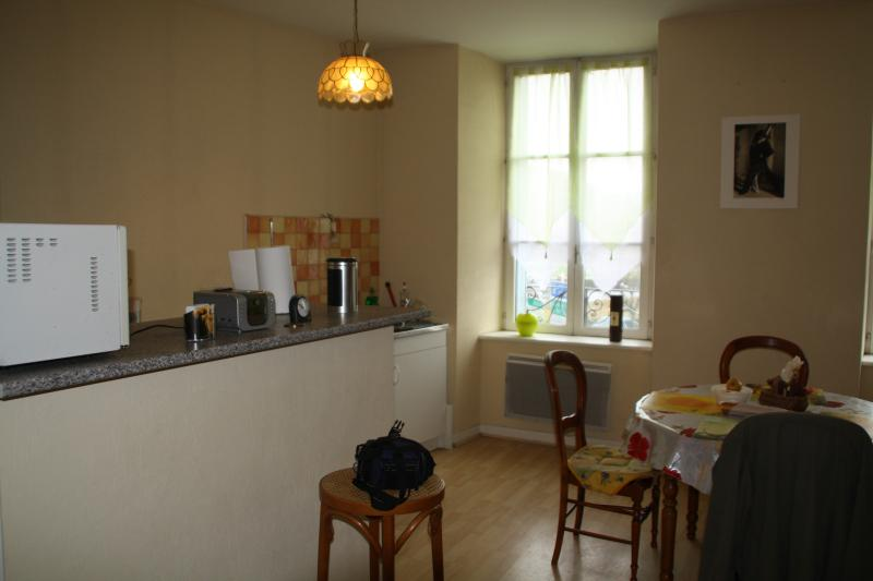 Location à la semaine meublé, vacation rental in Albepierre-Bredons