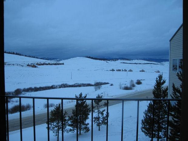 Vista invernale per balcone di condominio.