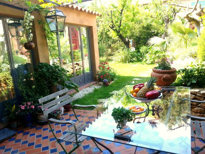 Terrasse et pergola fraiche et ombragee devant  la veranda. Sur demande formule Villa complète