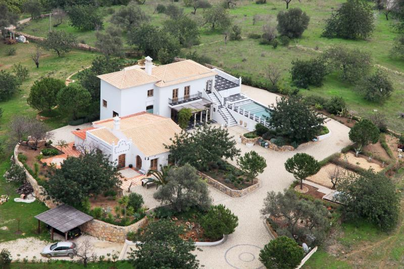Monte das Figueiras, 5 bedroom hilltop Mansion with sea and mountain views, holiday rental in Moncarapacho
