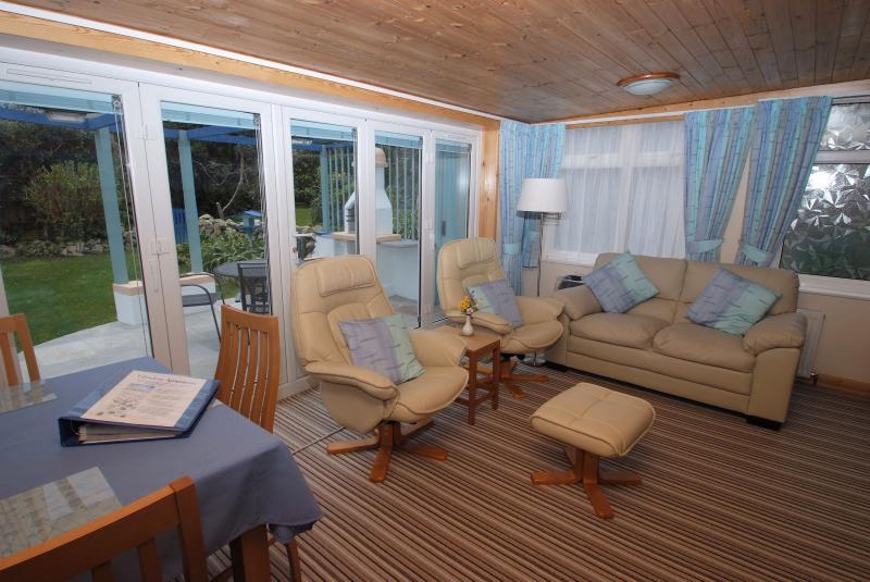 La stanza soggiorno-pranzo con comode sedie reclinabili e divano
