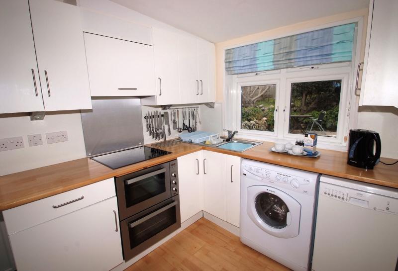 Vostra cucina con tutto il che necessario compreso lavatrice/asciugatrice e lavastoviglie