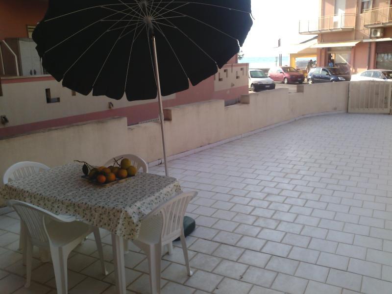 Il terrazzo con tavolo sedie ed ombrellone