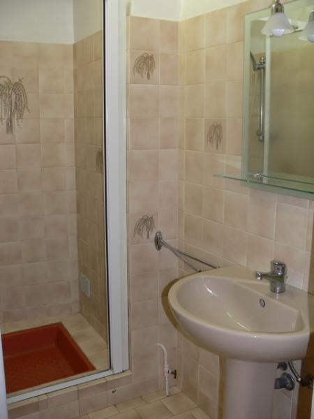 Salle de bains au rez-de-chaussée avec douche, à côté de seperat wc avec lavabo