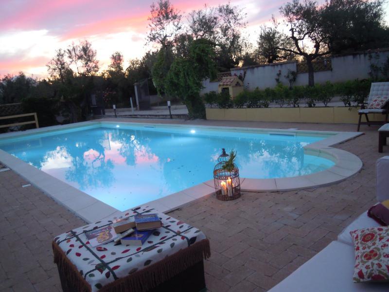 Lettura bordo piscina con lanterna