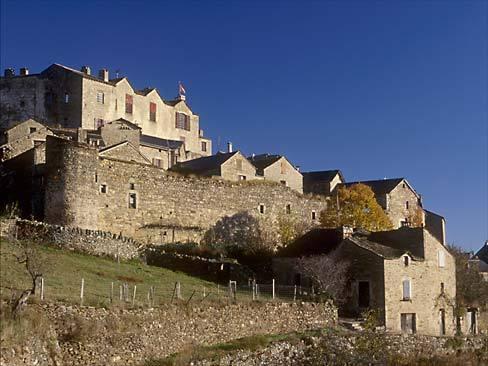 Castelnau-Pégayrols. Le gîte est dans le rempart, au pied du château.
