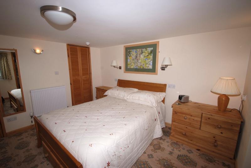 Vostra tranquilla e spaziosa camera da letto con opere d'arte originali di Stephen sul letto