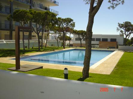 Vista a la piscina del jardín