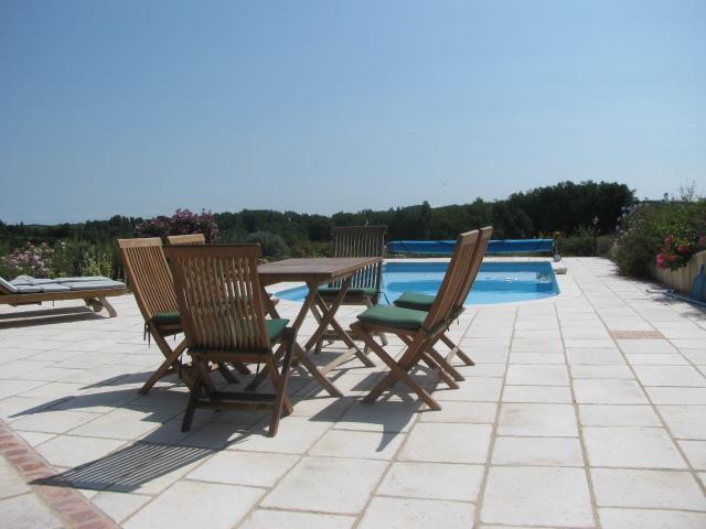 espaço exterior, perfeito para relaxar junto à piscina. Copo de vinho com alguém?