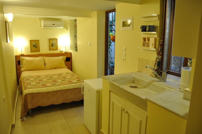 Romantic, cozy garden studio with en suite bath