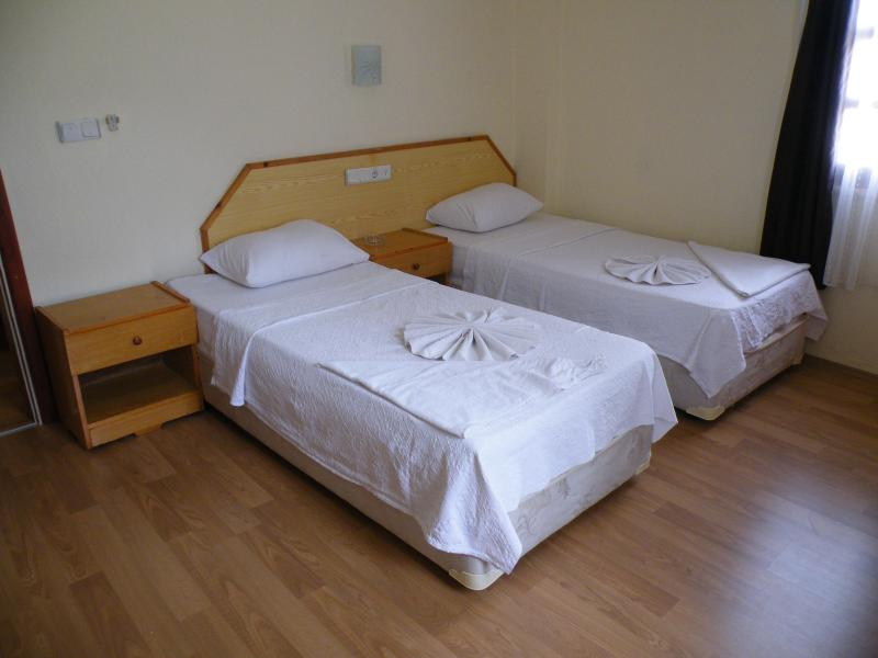 1twin bedded bedroom