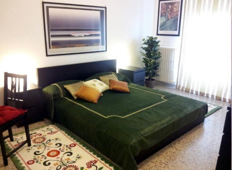 dormitorio con aire acondicionado y pequeña terraza