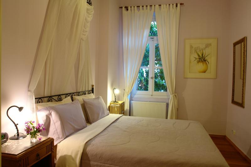 Romantic queen bedroom sleeps 2