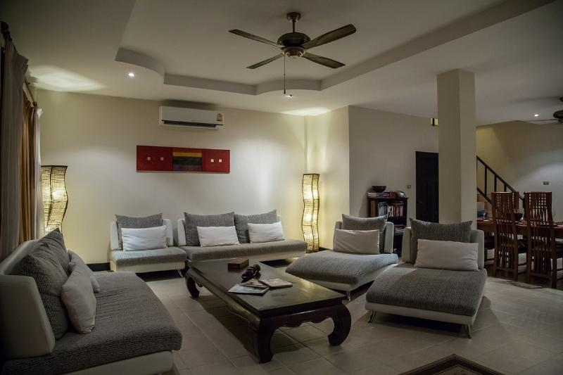Living room with seating for 9 - fully airconditioned - home cinema with cable TV