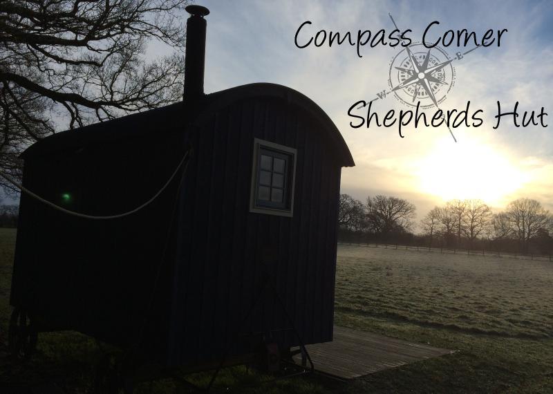 Lindo nascer do sol da cabana de pastores de canto de bússola