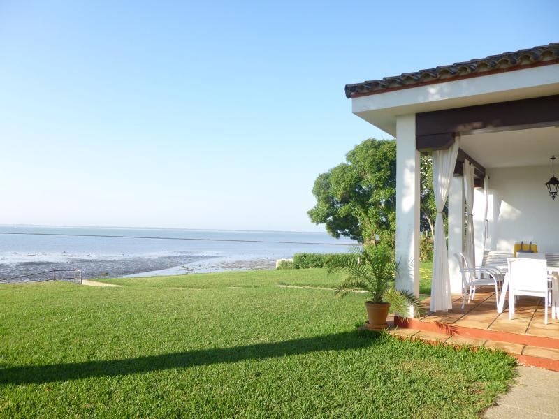 Vista del jardín y playa