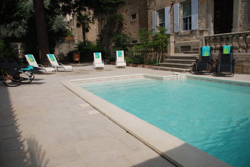 Uma vista da piscina e terraço