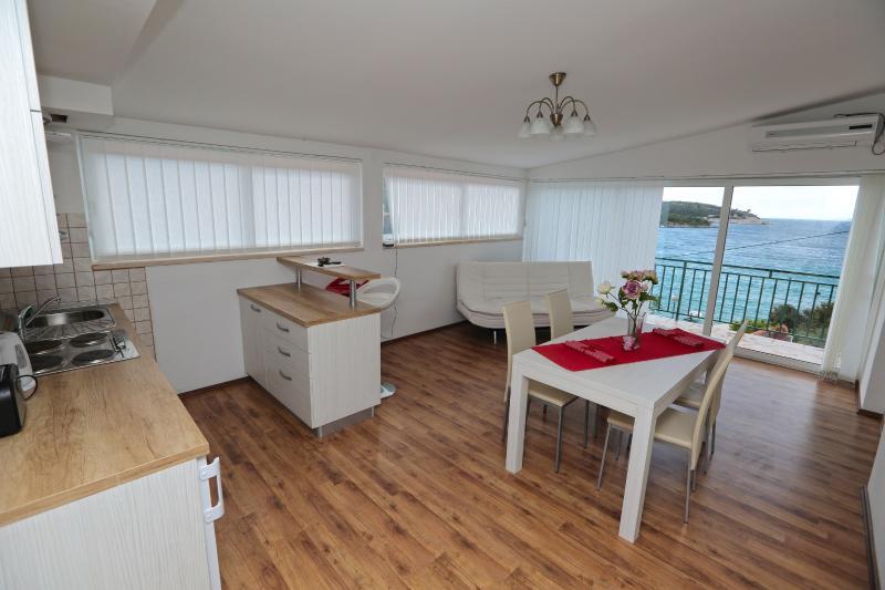Apartamento superior con vistas al mar comedor y sala de estar con una hermosa vista del mar