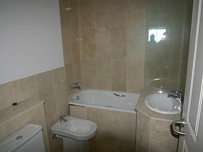 Deuxième salle de bains invités avec salle de bains troisième identique
