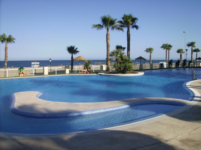 Magnífica piscina del Residencial con salida directa a la Playa de la Romanilla.