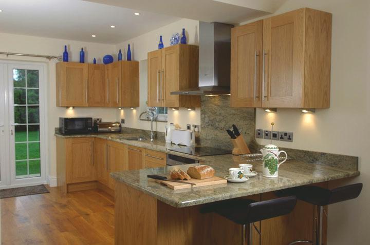 Grande cuisine-salle à manger avec cuisinière électrique, four, micro-ondes et lave-vaisselle