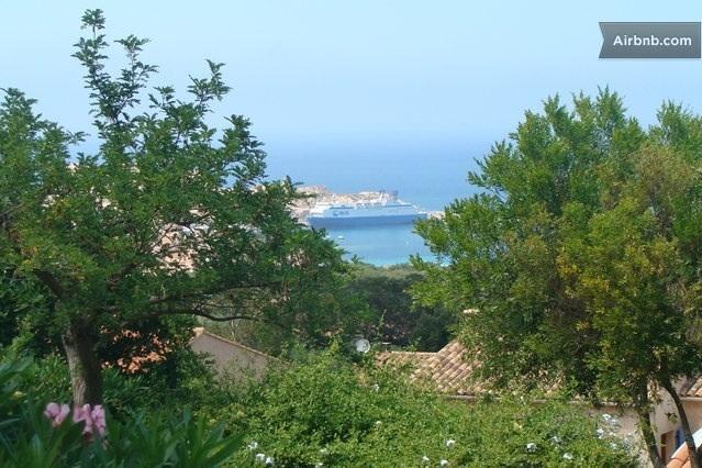 Vue de la terrasse ! En arrière plan , le Monte d'oro , bateau de la Sncm et les îles rousses !