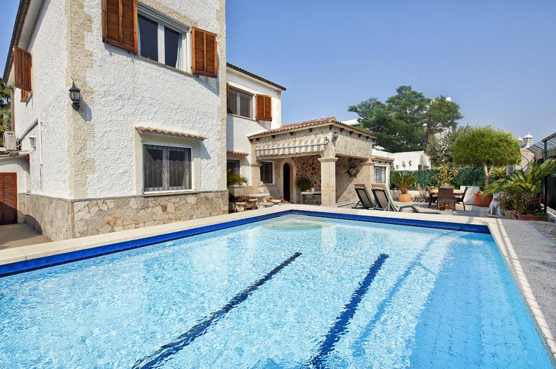 URBAN VILLA WITH PRIVATE POOL, 4 BEDROOMS & JUST 7 MIN WALK TO THE BEACHES, holiday rental in Alcudia
