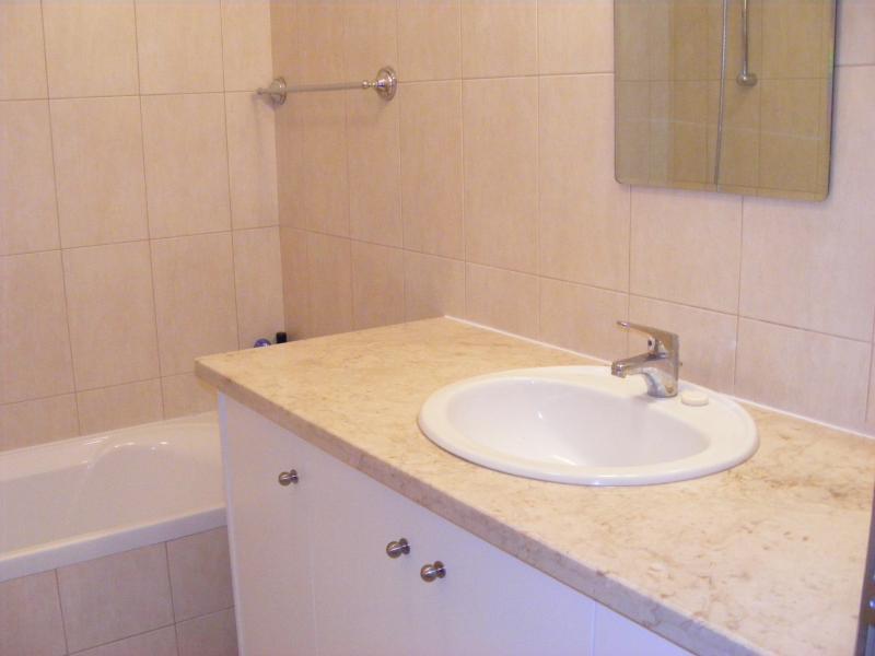 Bagno, lavandino in marmo intarsiato e superiore